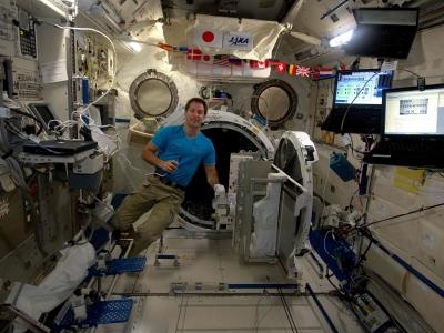 Thomas Pesquet dans le sas Kibo de l'ISS